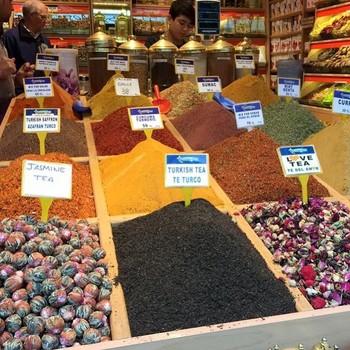別名スパイスバザールとも呼ばれている「エジプシャンバザール」は、グランドバザールに比べて観光客は少なく、地元の人で溢れかえる市場。こんなに色んなスパイスが見れるのも、トルコならではですね。