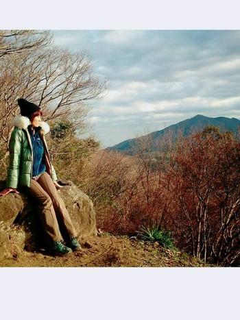 街中や公園でのバードウォッチングなら、お散歩程度の普段着で大丈夫。野山や湿地、渓流などで本格的に楽しむなら、自然の中でじっと鳥を待つ場合もあります。冬は防寒、夏は日除けと虫除けなどの対策をお忘れなく。