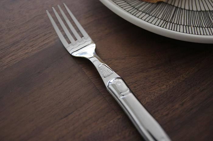 洋食に欠かせないテーブルフォーク。ナイフとセットでパンをカットするときにも重宝します。