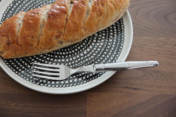 デザートフォークはテーブルフォークよりひとまわり小さいサイズです。