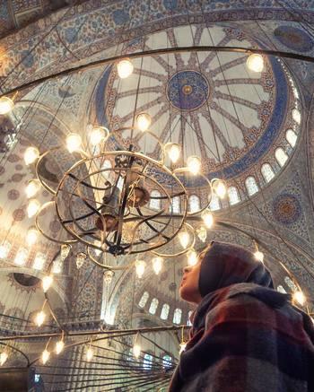 """""""モスク""""とはイスラム教の礼拝堂のことで、日本でいうお寺や神社のような場所。外装はもちろんのこと、天井一面に広がる幾何学柄のタイルなどがとっても美しいのが特徴。こちらの写真は、イスタンブールの有名なブルーモスク。"""