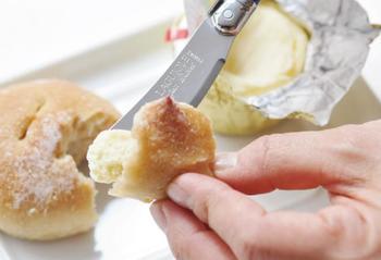 刃がついているのでバターやチーズをカットするほか、フルーツなどにも便利です。