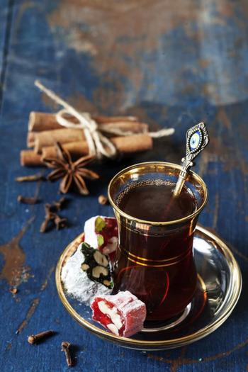 トルコ人の間でもとってもポピュラーな飲み物。一日に20杯くらい飲むのが当たり前、なんていう人もいる程なんです。砂糖をたっぷり入れて飲むのがトルコ流。