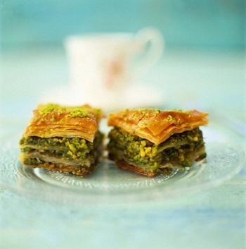 """何層にも重ねられたフィロという生地と、間に挟まれた香ばしいピスタチオの味がたまらない""""バクラヴァ""""。一口サイズなので、ひとつ食べたら止まらなくなってしまいます。"""