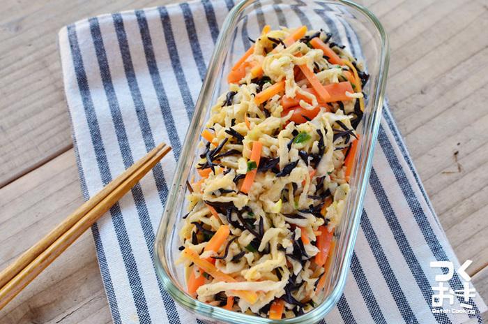 切り干し大根というと「煮る」くらいしか調理法が思いつきませんが、これは水で戻して調味料で和えるだけの簡単で目新しいレシピ。冷蔵庫から出してそのままお弁当に詰めることができるのもうれしいポイントです。