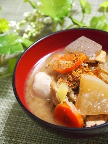 日本の冬には欠かせないスープといえば、やはり豚汁。こっくりとした味わいなのに脂が少ないために胃もたれもしにくいところもいいですよね。  ご飯のお供にもいいですし、うどんを入れるのもおすすめ。七味や山椒を少し振ると、味が引き締まります。