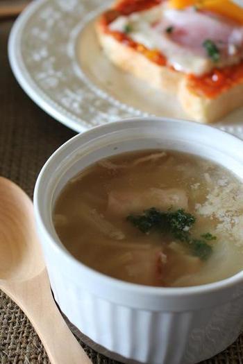 野菜とお肉を切ってお鍋に入れて、コンソメの素を入れて煮込んだら、コンソメスープの出来上がり。コンソメスープはスープの中でも手間がかからず簡単に作れるので、朝の忙しい時にもおすすめです。  きのこからでるうまみがスープの味を深めてくれます。少し粉チーズをふりかけてもいいですね。