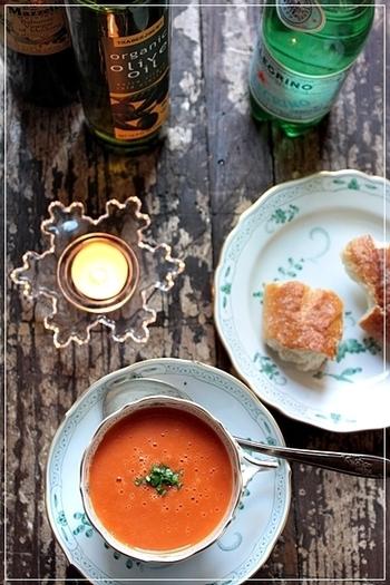 トマトの酸味はコンソメだけではなく、クリームともよく合います。クリームスープが少し重たいと感じる人にも試してほしい、トマトクリームスープのレシピです。  実は食パンを入れることでとろみを出しているんです。食欲がない朝にもおすすめのレシピですよ。