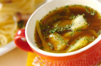 タラのうまみがぎゅっと詰まった、スパイシーなカレースープです。カレー粉にみりんや醤油を加えて深みを出せば、しっかりとした味わいのスープが完成です。にゅうめんを入れても美味しそう。