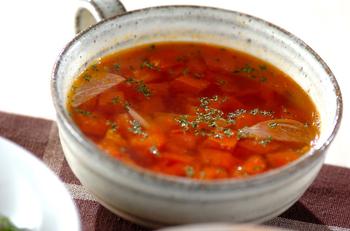トマトが手に入ったら、たくさん使ってスープを作っちゃいましょう。トマトに含まれているリコピンには抗酸化作用があり、美容にもいいとされています。  そのほかにもビタミンなどの栄養素がトマトには豊富に含まれています。酸味があるので、さっぱりしたい時に。