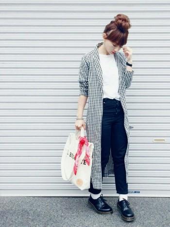ロングシャツから覗く足元にロールアップしたパンツと「ドクターマーチン」。靴の存在感がオシャレな雰囲気を盛り上げています。
