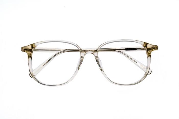 たとえば、「エナロイド」が提案する、メンズの定番、ティアドロップシェイプのメガネ。フレームの素材や細めのライン、エッジの利いたカッティングは絶妙。普遍的なデザインが、とてもスタイリッシュに見えてきます。