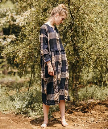 シンプルで主張しすぎないけれど、ハッと目を引くシルエットや柄が魅力的な「ICHI(イチ)」と「ICHI Antiquite's(イチアンティークス)」のお洋服。  やさしくあたたかな雰囲気のチェック柄が愛らしいこちらのワンピースは、ウール×リネン素材で寒い季節でもナチュラルな風合いが楽しめるアイテム。胸元のボタンやハイウエスト切り替え、スリットの入った袖など、ディテールへのこだわりがひしひしと伝わってきます。