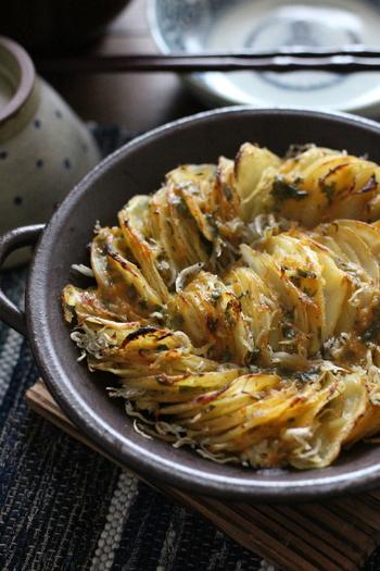 カリッホクッの食感が楽しい、薄切りポテトのオーブン焼き。洋風・和風、どちらにも感じるレシピなので、ご飯にもパンにも相性◎ お酒のおつまみにも、子どものおやつにも喜ばれそうです。