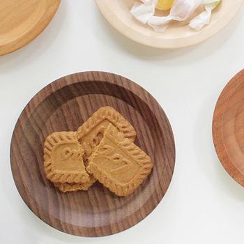 ウォルナットを使って作られたコースター。ちょっとお菓子をのせても素敵です。1点1点表情が違うのも、木材の面白いところですね。