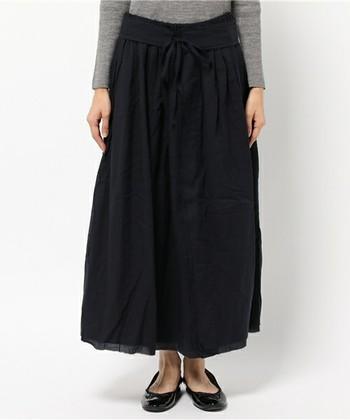 さらりと軽い雰囲気のスカートですが、ウール混のため寒い季節でも安心。洗いざらしの風合いが、装いにナチュラルな雰囲気をプラスしてくれそうです。