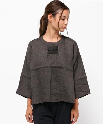 大人のための上質なナチュラル服を求めているなら、「Vlas Blomme(ヴラスブラム)」のお洋服を身に纏ってみませんか?  フォークロアな刺繍が施されたブラウスは一枚で着ても、レイヤーコーデでインナーとして覗かせても素敵です。