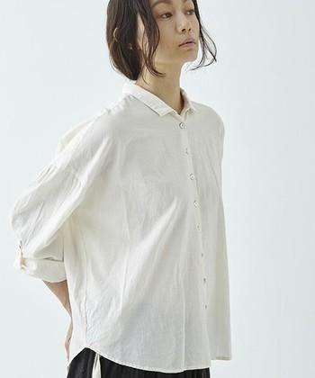「suzuki takayuki」のオーガニックコットンに特化したライン「ikkuna / suzuki takayuki(イクナスズキタカユキ)」の服は、思わず袖を通したくなってしまう着心地の良さそうなものばかり。  小さめの襟と貝ボタンが上品なブラウスは、ぜひ一枚で着てそのシルエットを楽しみたいアイテムです。