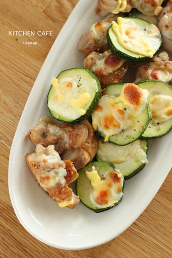 鶏肉の味付けは、調味料と一緒にビニール袋に入れて揉み込むだけ。調理器具もあまり使わないので、後片付けも簡単。チーズとマヨネーズ、ズッキーニの色合いがキレイなので、お子さんにも喜ばれるメニューです。