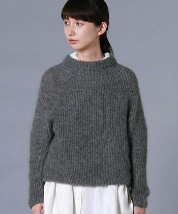 ふんわりとした風合いが愛らしいモヘアのニット。リネンやコットンなど、さっぱりとした素材のシャツやワンピースと組み合わせて着ると、よりやさしく女性らしい雰囲気で着こなせます。