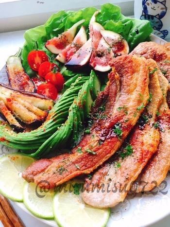 ジューシーな塩豚バラ肉を薄くスライスしてソテーしたら、バルサミコ酢でいただきましょう。野菜もたくさん食べられます。