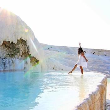 温泉不足と景観保護のため入浴はできないものの、足までなら浸ることができます。こんな素敵な純白の天然温泉、一度でいいから浸かってみたいと思いませんか?