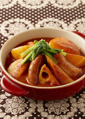 温かい料理が恋しい季節、根菜をたっぷり使った洋風のトマトおでんはいかがですか?トマトジュースを使ってコトコトと煮込んだスープは、ホッとする味に。普通のおでんとはまた違った味わいです。