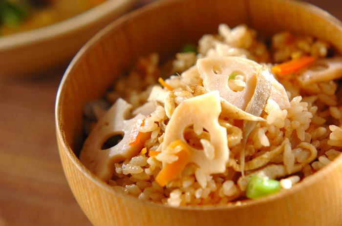 日本人なら食べておきたいのが、根菜をたっぷり使う炊き込みご飯。独特の風味もしっかり炊き込んで、風味豊かな味わいになります。食べごたえがあるので、ご飯だけで満足度も大!食欲の秋や食べすぎと野菜不足が気になる冬に、ぜひ食べたいですね。