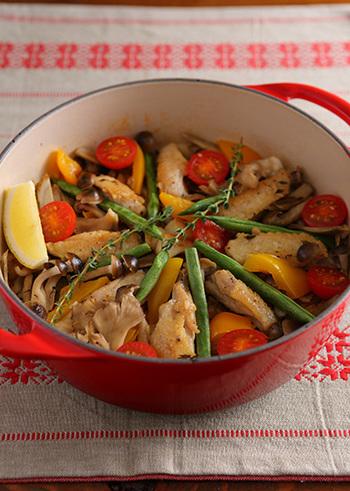 いわば洋風炊き込みご飯のパエリア。秋野菜を敷き詰めて炊き上げれば、こんなに賑やかで素敵な料理になります。パーティーにもおすすめの、取り分けて食べたいレシピです。