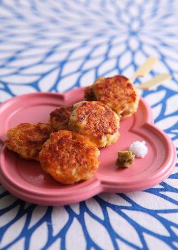 鶏ひき肉と長芋、卵で作る、ふわふわのつくねレシピ。柚子胡椒や塩、温泉卵や長芋のすりおろしをかけて召し上がれ!お酒のおつまみとしてもぴったりですよ。