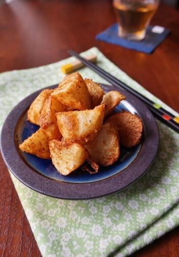 長芋の新しい食べ方を求めるなら、シンプルなから揚げはいかがですか?調味料に5分漬けこみ、片栗粉をまぶして揚げるだけですが、サックリほっくりとした食感がクセになります。