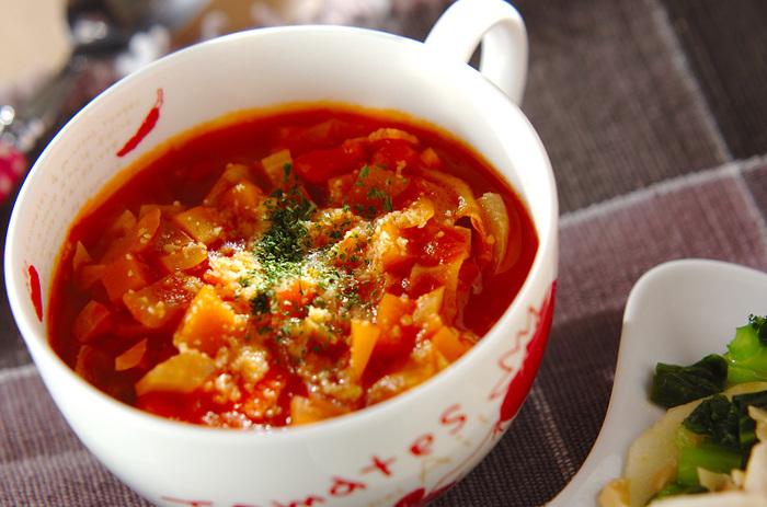 冷蔵庫の残り野菜で作れちゃう具だくさんのトマトスープは、朝ごはんのお供にオススメの体が温まるレシピです。
