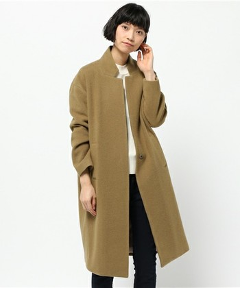 かっちりとしたテーラーカラーがかっこいいスタンドカラーコート。合わせるアイテム次第でマニッシュにもきれいめにも落とし込めるデザインで、一枚でさまざまな着こなしが楽しめそう。