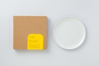 THEのアイテムの中で、プレートも人気が高いアイテムのひとつです。プレートは、和洋中どんなお料理にも合うこと、料理がおいしそうに見えること、サイズ違いでも使いやすいこと、収納しやすいことなどを軸に考えられたお皿です。長崎県波佐見でHASAMIブランドを展開するマルヒロによって製造されています。