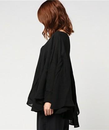 シンプルなシルエットのワンピースやきれいめのトップスなど、いかにもナチュラル服というものに抵抗がある方でも取り入れやすいアイテムが多い「MARcourt(マーコート)」。色使いもブラックやグレー、ネイビーなど、シックで大人っぽいカラーが多く揃います。  こちらは裾部分にボリュームを出した、フェミニンながらも大人っぽいプルオーバートップス。ウール混なので寒い季節でもカーディガンなどを羽織らず楽しめます。