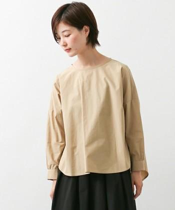 どのアイテムからも、どこかやさしさを感じられる「かぐれ」の服。  きれいなシルエットのプルオーバーブラウスは、パリッとしたコットン地ながらもナチュラル感のある一枚。ロングスカートやゆったりとしたパンツと合わせて着るのがおすすめです。