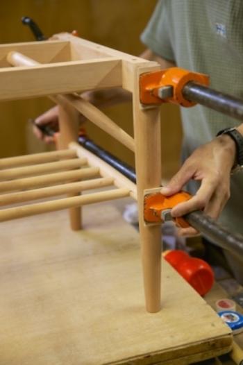 手仕事で1つ1つ作られる家具は変化していく過程を楽しむことが出来ます。