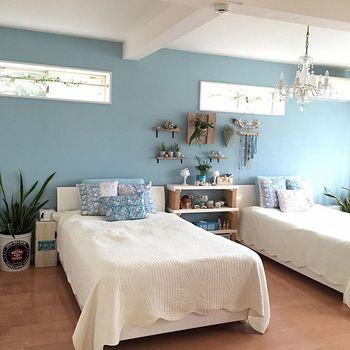 こちらが「AFTER」。「quiet room」という名の穏やかなブルーにペイントすることで、まるで波音が聞こえてきそうなドラマティックな印象に変身。白いベッドリネンや明かり採りの窓とのコントラストが際立ちます。