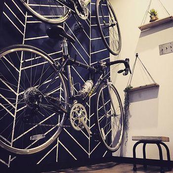 北欧の樹の枝模様のような柄塗りを施した玄関ペイント。壁にかけたロードバイクもあいまって、シャープでスポーティな印象です。