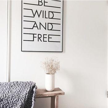 「BEFORE」最後にご紹介するのは、こちらの真っ白な壁。モノトーンのポスターが映えて、これだけでも十分素敵ですが…
