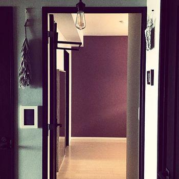 こちらは寝室の壁。こうして見ると普通に壁一面を塗ったアクセントウォールに見えますね。