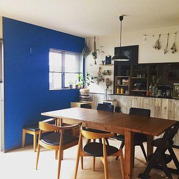 ダイニングの壁をくっきり鮮やかなブルーに。1面だけのアクセントウォールなら、このような強い色もスマートに映えますね。夏はマリンスタイル、冬は北欧スタイルで楽しむそうです。