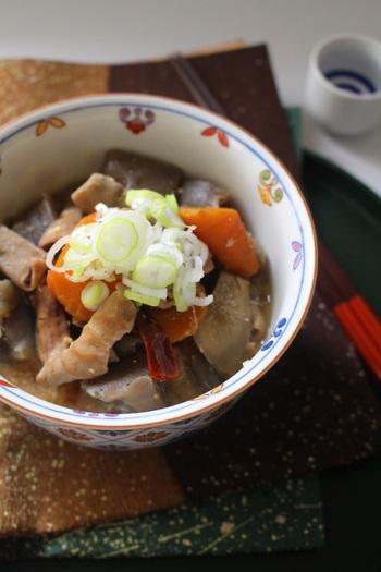 日本酒との相性ばっちり、モツ煮込み。じっくりコトコト煮込んで、こっくり味がしみ込んだしみじみ美味しい味わいです。