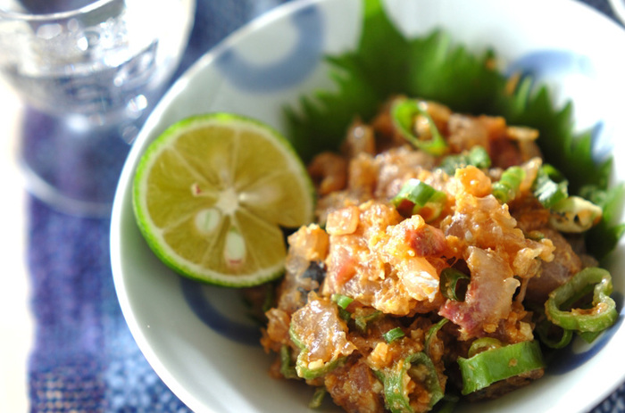 日本酒との相性抜群、新鮮なアジのなめろう。薬味と味噌を合わせて、包丁でよく叩きましょう。柚子を絞ってより爽やかに。