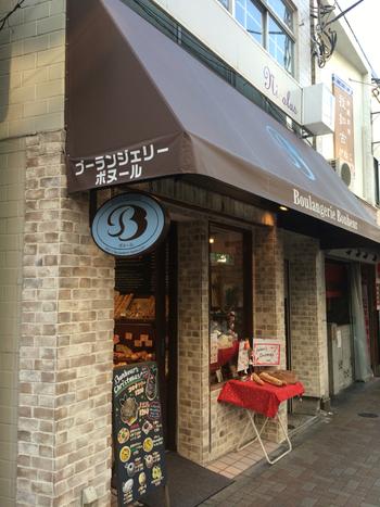 まずは三軒茶屋駅から歩いて5分ほどの場所にあるパン屋さんブーランジェリーボヌールの紹介。 入り口は大きくはないのですが、温かみがあって入りやすい雰囲気。その秘密は、お店のパンに対する想いからなんです。