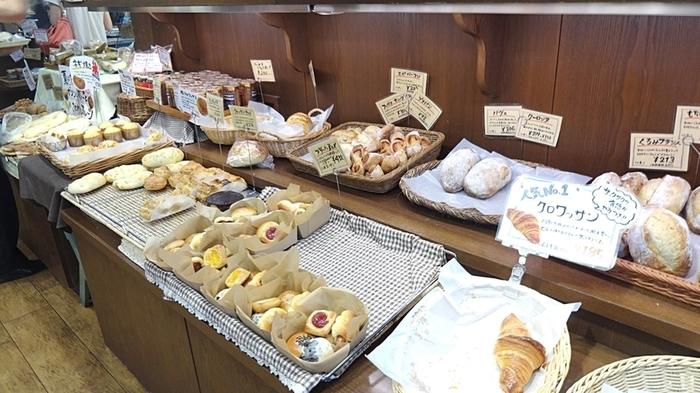 さらに、こちらのお店では遠赤外線の量が多い溶岩窯でパンを焼き上げているので、外はパリッとして中はフワフワの食感を楽しめますよ。さらに味わいが増している秘密が自然塩で、この塩が小麦粉の持っている味を引き出しているんです。
