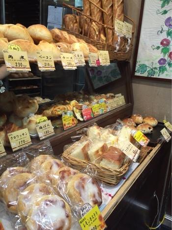 表構えからは、一見するとパン屋らしくない和の雰囲気。でも、一歩中に入ると焼き立てのパンの香りが漂います。