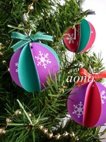 色画用紙を丸く切ったもの(2種類、4枚ずつ)を用意。半分に折り、交互に裏を貼り合わせていくと、あっという間に立体的なオーナメントに。コピー用紙を雪の結晶のクラフトパンチで抜いたものを貼って、クリスマス感を出しています。