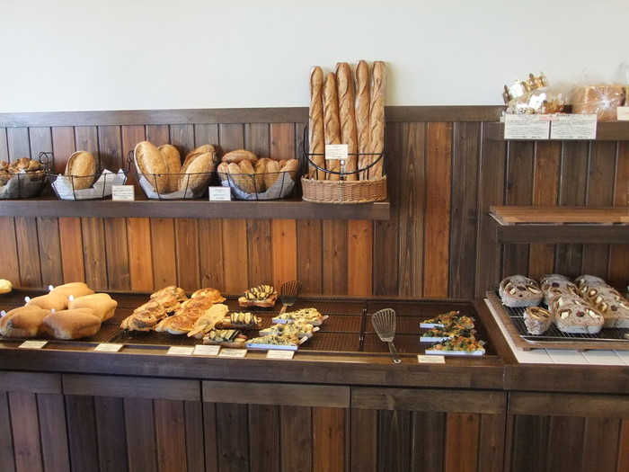 もちろん食パン以外のパンも充実していて、ロールパンをはじめバゲットや世田谷食パンをベースにハチミツとバターを合わせて焼き上げたハニートーストなどを味わえます。