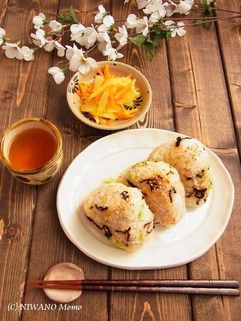 「和」の代表的な食材、昆布と白菜を使ったオイルおにぎり。ごま油で香り高く仕上げ冷めても美味しいおにぎりです。